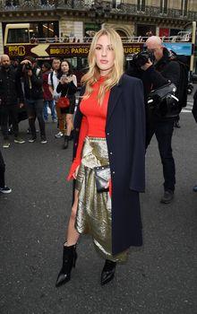 Возбуждённые соски Элли Голдинг сквозь наряд на шоу Стеллы МакКартни в Париже фото #7