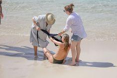 Торчащие соски Эльзы Хоск в прозрачном наряде на пляже в Сен-Бартелеми фото #1