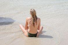 Торчащие соски Эльзы Хоск в прозрачном наряде на пляже в Сен-Бартелеми фото #4