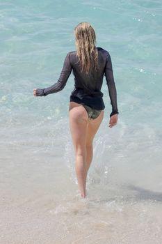 Торчащие соски Эльзы Хоск в прозрачном наряде на пляже в Сен-Бартелеми фото #5