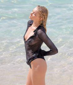 Торчащие соски Эльзы Хоск в прозрачном наряде на пляже в Сен-Бартелеми фото #12