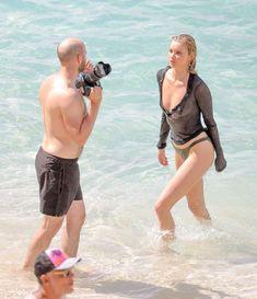 Торчащие соски Эльзы Хоск в прозрачном наряде на пляже в Сен-Бартелеми фото #16