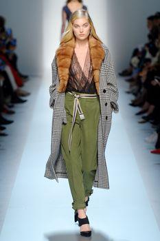 Красавица Эльза Хоск засветила сиськи на Fashion Week в Милане фото #1