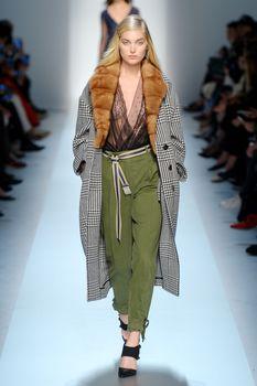 Красавица Эльза Хоск засветила сиськи на Fashion Week в Милане фото #2
