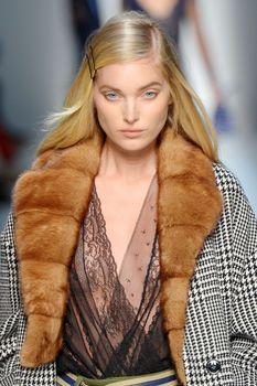Красавица Эльза Хоск засветила сиськи на Fashion Week в Милане фото #3