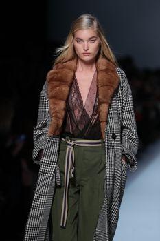 Красавица Эльза Хоск засветила сиськи на Fashion Week в Милане фото #4