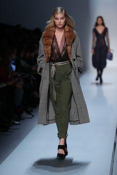 Красавица Эльза Хоск засветила сиськи на Fashion Week в Милане фото #5