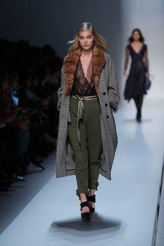 Красавица Эльза Хоск засветила сиськи на Fashion Week в Милане фото #6