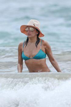 Яркий бикини Евы Лонгория на пляже на Майами фото #2