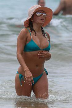 Яркий бикини Евы Лонгория на пляже на Майами фото #3