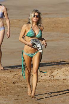 Сексуальная Ферги в красивом бикини на пляже в Мауи фото #1