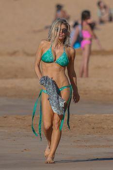 Сексуальная Ферги в красивом бикини на пляже в Мауи фото #3