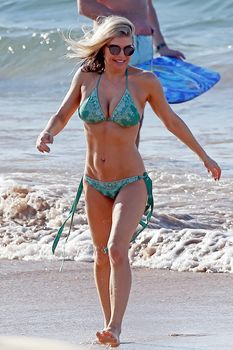 Сексуальная Ферги в красивом бикини на пляже в Мауи фото #4