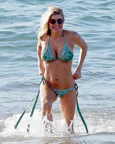 Сексуальная Ферги в красивом бикини на пляже в Мауи фото #5