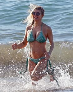 Сексуальная Ферги в красивом бикини на пляже в Мауи фото #8
