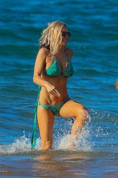 Сексуальная Ферги в красивом бикини на пляже в Мауи фото #9