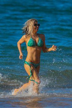 Сексуальная Ферги в красивом бикини на пляже в Мауи фото #10