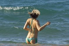 Сексуальная Ферги в красивом бикини на пляже в Мауи фото #11
