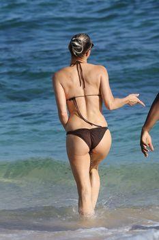 Красивая Ферги в бикини на пляже в Кауаи фото #1