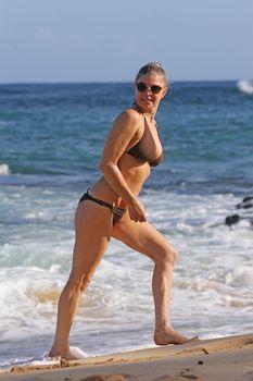 Красивая Ферги в бикини на пляже в Кауаи фото #2