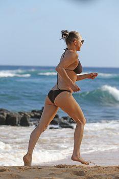Красивая Ферги в бикини на пляже в Кауаи фото #3