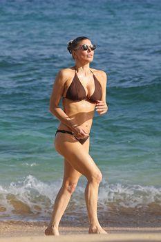Красивая Ферги в бикини на пляже в Кауаи фото #4