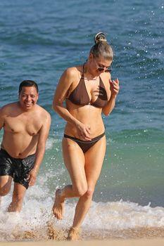Красивая Ферги в бикини на пляже в Кауаи фото #5