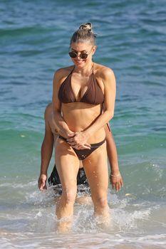 Красивая Ферги в бикини на пляже в Кауаи фото #7