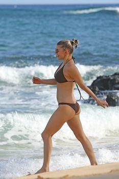 Красивая Ферги в бикини на пляже в Кауаи фото #10