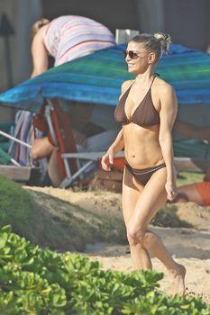 Красивая Ферги в бикини на пляже в Кауаи фото #12