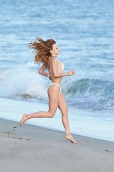 Сексуальная Франческа Иствуд засветила грудь на пляже в Малибу фото #7