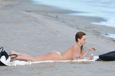 Сексуальная Франческа Иствуд засветила грудь на пляже в Малибу фото #12