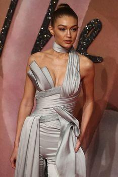 Откровенное декольте Джиджи Хадид на The Fashion Awards фото #1