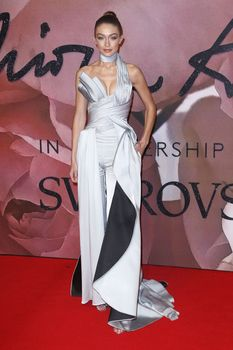 Откровенное декольте Джиджи Хадид на The Fashion Awards фото #2