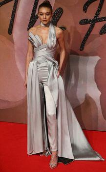 Откровенное декольте Джиджи Хадид на The Fashion Awards фото #3