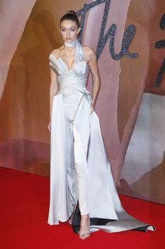Откровенное декольте Джиджи Хадид на The Fashion Awards фото #4