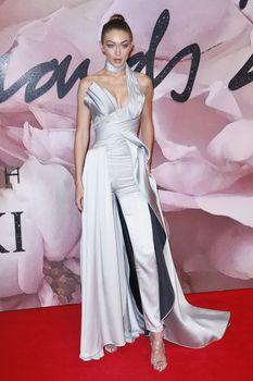Откровенное декольте Джиджи Хадид на The Fashion Awards фото #5