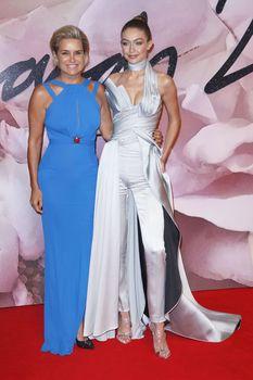 Откровенное декольте Джиджи Хадид на The Fashion Awards фото #6