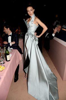 Откровенное декольте Джиджи Хадид на The Fashion Awards фото #7