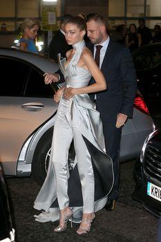 Откровенное декольте Джиджи Хадид на The Fashion Awards фото #9