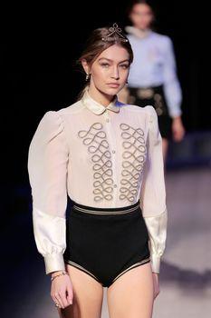 Голые сиськи Джиджи Хадид в прозрачной блузке на New York Fashion Week фото #1