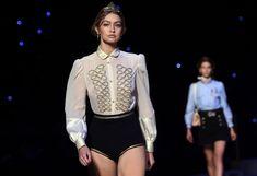 Голые сиськи Джиджи Хадид в прозрачной блузке на New York Fashion Week фото #3