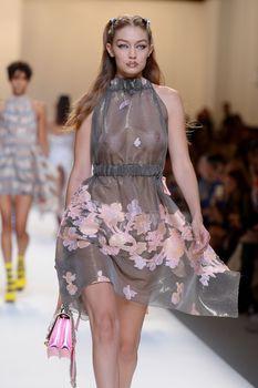Красивая Джиджи Хадид засветила грудь в сексуальном наряде на Milan Fashion Week фото #5