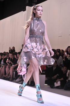 Красивая Джиджи Хадид засветила грудь в сексуальном наряде на Milan Fashion Week фото #6