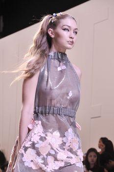 Красивая Джиджи Хадид засветила грудь в сексуальном наряде на Milan Fashion Week фото #7