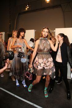Красивая Джиджи Хадид засветила грудь в сексуальном наряде на Milan Fashion Week фото #12