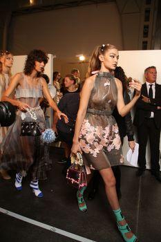 Красивая Джиджи Хадид засветила грудь в сексуальном наряде на Milan Fashion Week фото #13