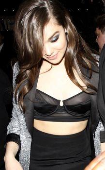 Торчащие соски Хейли Стайнфелд в откровенном наряде на Grammy After Party фото #1