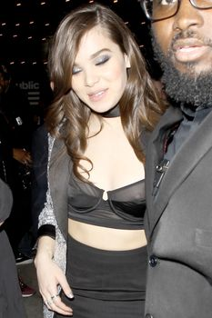 Торчащие соски Хейли Стайнфелд в откровенном наряде на Grammy After Party фото #2