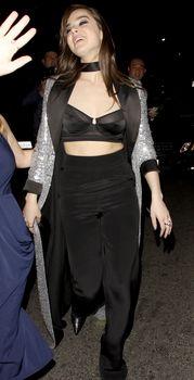 Торчащие соски Хейли Стайнфелд в откровенном наряде на Grammy After Party фото #4
